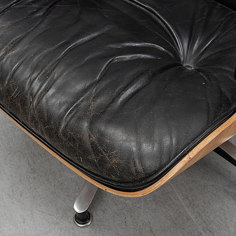 "Charles and ray eames, fåtölj med fotpall, ""lounge chair"", herman miller, 1960-tal."