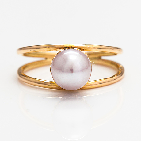 An 18k gold ring with a cultured pearl. lagercrantz jewellery, tammisaari 1999.