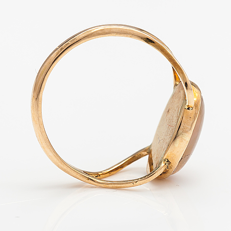 An 18k gold ring with an opal. lagercrantz jewellery, tammiaari 2009.