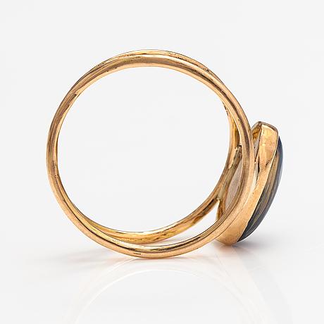 An 18k gold ring with an opal. lagercrantz jewellery, tammisaari 2019.