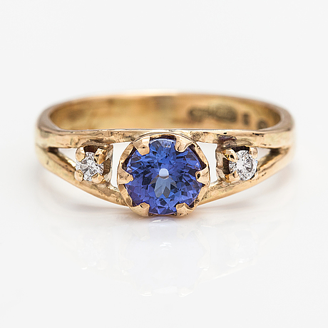 A 14k gold ring with a tanzanite and diamonds ca. 0.12 ct in total. lagercrantz jewellery, tammisaari 2018.