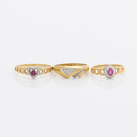 3 rings, 18k gold, 2 rubies and 3 single-cut diamonds, total weight 6,2 g.