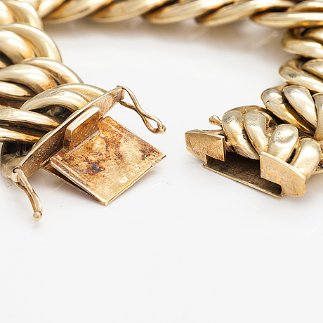 A bracelet and a pair of earrings made of 14k gold.