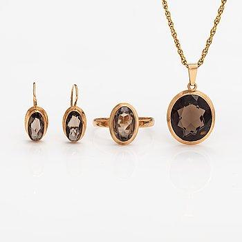 A three piece jewellery suite, 14K gold and smoaky quartzes. HJ Reivonen, Turku 1959 och Alppikulta, Helsinki 1968.