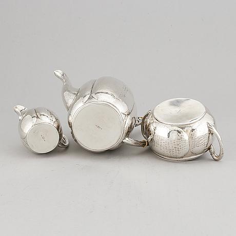 Claes e andren, a silver coffee pot, creamer and sugar bowl, göteborg 1921.