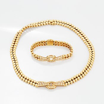An 18K gold necklace and bracelet.