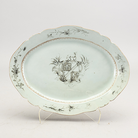 A chinese qianlong porcelaine plate.