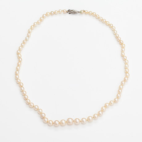 A pearl collier with cultured pearls and a sterling silver clasp.