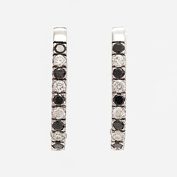 A pair of 14K white gold earrings with diamonds ca. 0.80 ct in total.
