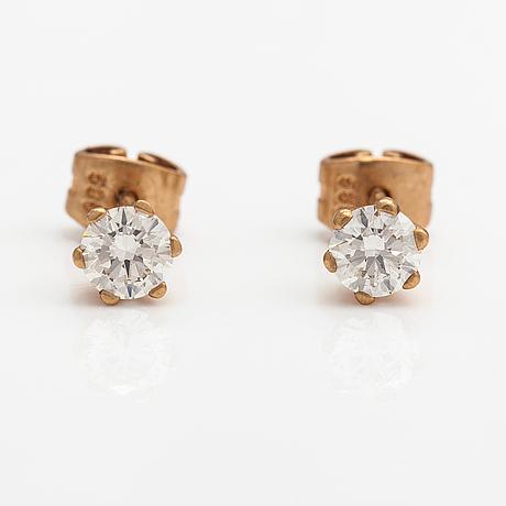Apair of 14k ogld earrings with diamonds ca. 0.62 ct in total.