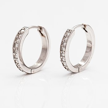 A pair of 14K white gold earrings with diamonds ca. 0.40 ct in total.
