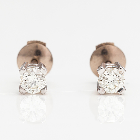 A pair of 14k white gold earrings with diamonds ca. 0.50 ct in total.