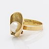 Elon arenhill ring 18k gold with 1 cultured pearl approx 9 mm, malmö 1982, total weight 10,7 g.
