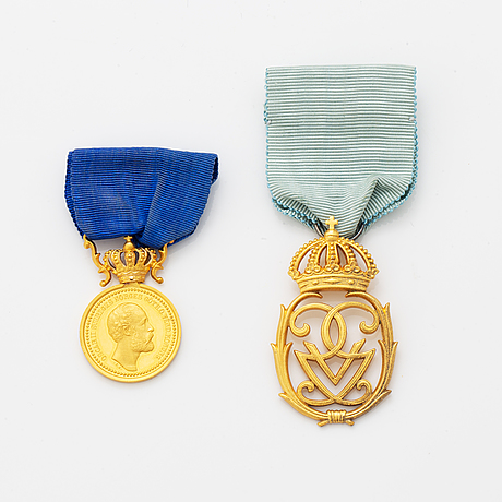 A swedish royal gold medal and a gilt silver decoration.