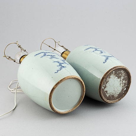 Bordslampor/vaser, ett par, porslin. sen qing/tidigt 1900-tal.