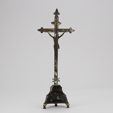 A brass crucifix, 17th/18th century.