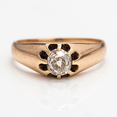 A 9k gold ring with an old-cut diamond ca. 0.44 ct.