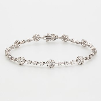 Brilliant-cut diamond bracelet.