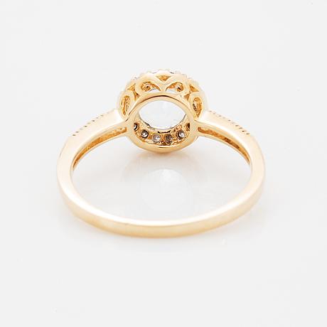 Ring med fasettslipad ljus akvamarin och briljantslipade diamanter.