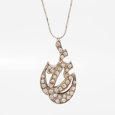 Brilliant-cut diamond pendant, with chain.