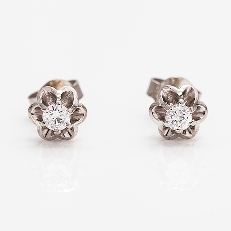 A pair fof 14k white gold earrings with diamonds ca. 0.32 ct in total.