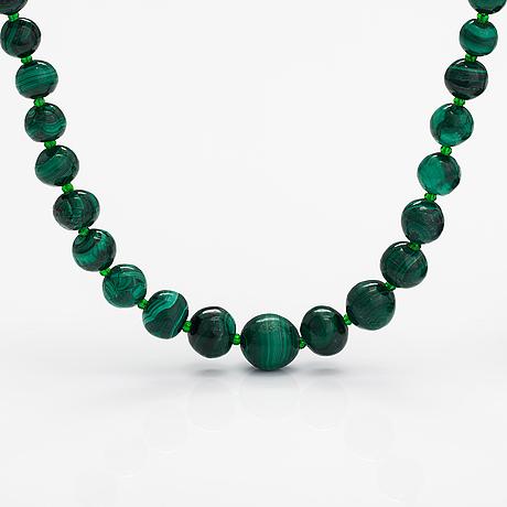 A malachite pearl collier.
