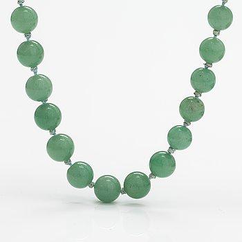 A aventurine quartz pearl collier with a silver clasp.