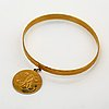 Bangle 18k gold with 1 charm, 19,3 g, does not open.