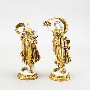 Figuriner, ett par, porslin, Neapel-liknade märkning, 1900-talets mitt.
