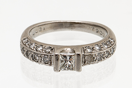 Ring 18k vitguld, 1 princesslipad diamant 0,31 ct och briljanter 0,50 ct ingraverat, storlek 16/50 ¨.