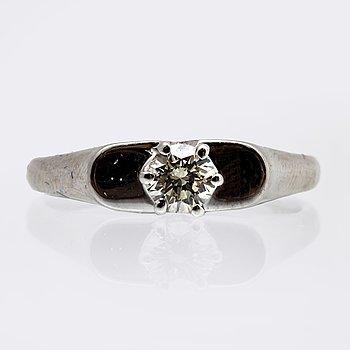 Ring 14K whitegold 1 brilliant-cut diamond 0,39 ct inscribed.
