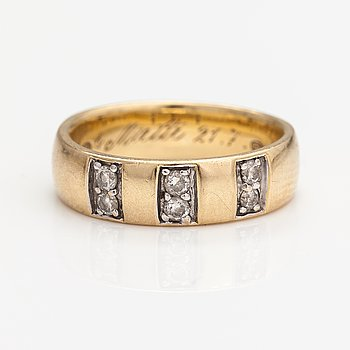 A 14K gold ring with diamonds ca. 0.18 ct in total.