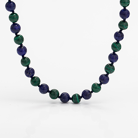 A malachite and lapiz lazuli pearl collier with a gilded metal lock.
