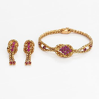 An 18K gold bracelet and earrings with glass stones.