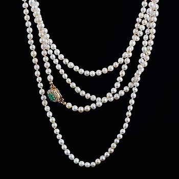 Cultured pearl necklace, clasp gold with old-cut diamonds and emerald.