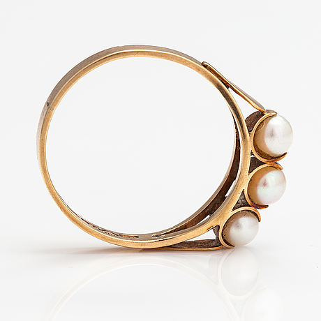 A 14k gold ring with cultured pearls. harri runila, helsinki 1965.