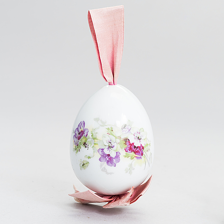 A porcelain egg from around the turn of the 20th century.