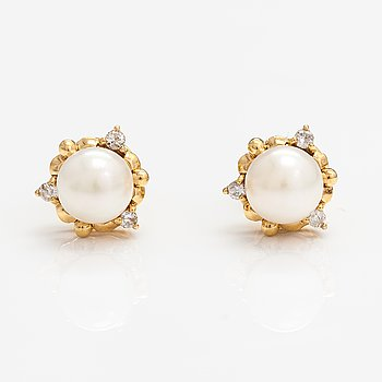 A pair of 18K gold earrings with cultured pearls and diamonds ca. 0.09 ct in total.
