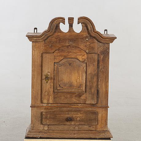 Hängsskåp, delvis 1700-tal.