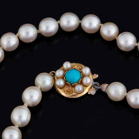 Cultured pearl necklace.
