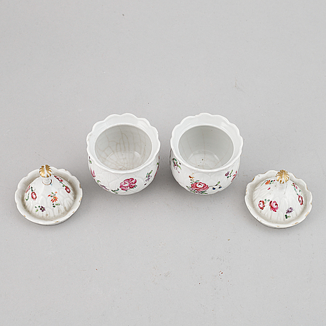 A pair of famille rose custard cups with covers, qing dynasty, qianlong (1736-95).