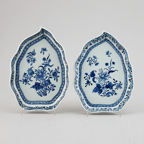 A pair of blue and white leaf shaped dishes, qing dynasty, qianlong (1736-95).