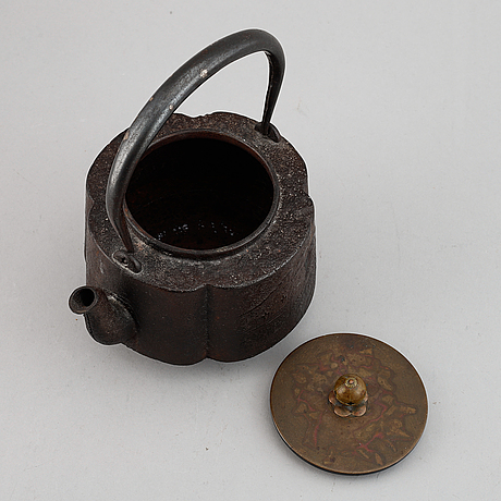 A japanese tea pot, meiji period (1868-1912).
