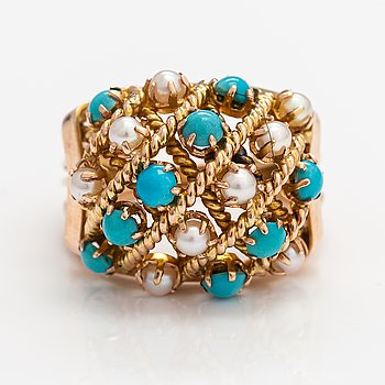 A 14K ogld ring with turquoises and cultured pearls.