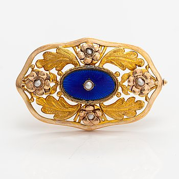 A 14K gold brooch with cultured pearls and enamel. Oskar Lindroos, Helsinki 1946.