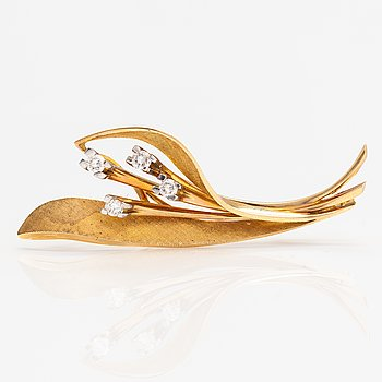 A 14K gold brooch with diamonds ca. 0.32 ct in total. Oskar Lindroos, Helsinki 1962.