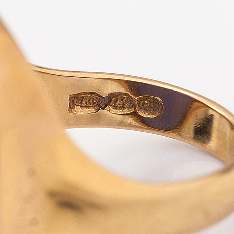 An 18k gold ring with a coloured chalcedony. kalevi piirainen, helsinki 1980.