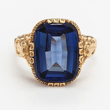 A 14K gold ring with a synthetic sapphire. Import marked Oskar Lindroos, Helsinki 1947.