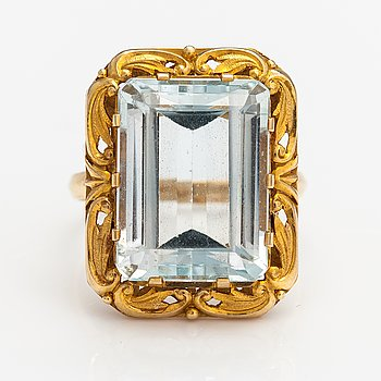 An 18K gold cocktail ring with a topaz. Oskar Lindroos, Helsinki 1955.