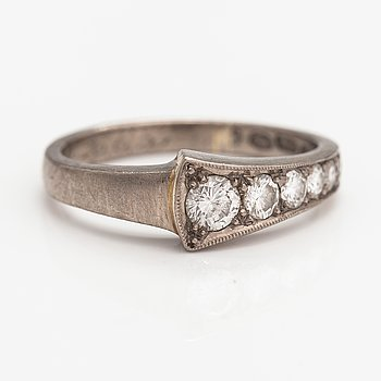 An 18K white gold ring with diamonds ca. 0.35 ct in total. Oskar Lindroos, Helsinki 1941.